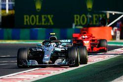 Valtteri Bottas, Mercedes AMG F1 W09 en Sebastian Vettel, Ferrari SF71H
