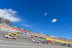 Erik Jones, Joe Gibbs Racing, Toyota Camry Sport Clips e Joey Logano, Team Penske, Ford Fusion Pennzoil