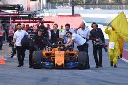 El coche de Stoffel Vandoorne, McLaren MCL33 empujado en el pit lane