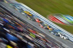 Brad Keselowski, Team Penske Ford and Chase Elliott, Hendrick Motorsports Chevrolet