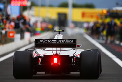 Kevin Magnussen, Haas F1 Team VF-18, in de pits