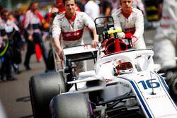 Charles Leclerc, Sauber C37, arrive sur la grille