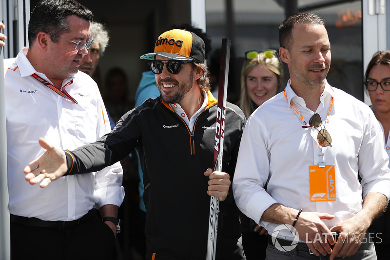 Eric Boullier, Racing Director, McLaren, y Fernando Alonso, McLaren, conocen a jugadores de hockey