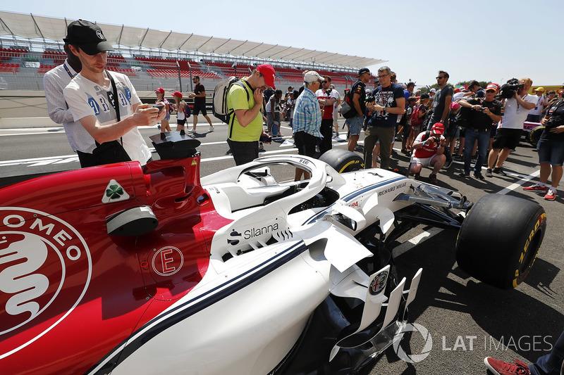 Les fans voient de prêt la voiture de Marcus Ericsson Sauber C37