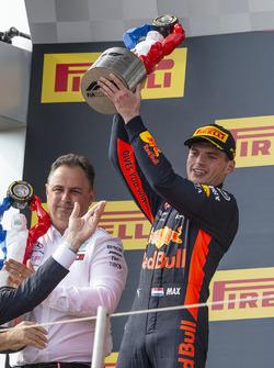 Max Verstappen, Red Bull Racing sur le podium avec son trophée