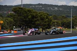 Valtteri Bottas, Mercedes-AMG F1 W09 and Sergio Perez, Force India VJM11 battle