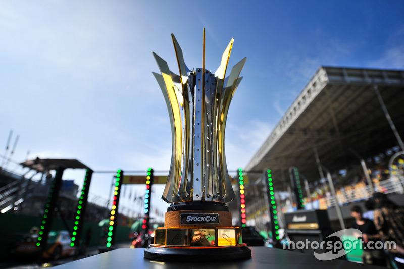 A principal atração do esporte a motor neste domingo foi a busca por este troféu na Stock Car Brasil. Daniel Serra e Thiago Camilo chegaram a Interlagos separados por 15 pontos.