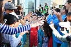 Nick Heidfeld, Mahindra Racing, festeggia con i fan dopo la gara