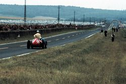 Willy Mairesse, Ferrari D246 gives Tony Brooks, Vanwall a lift back