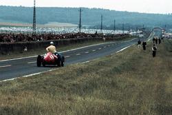 Вилли Мэресс подвозит на своем Ferrari D246 пилота Vanwall Тони Брукса