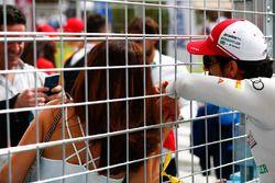 Lucas di Grassi, Audi Sport ABT Schaeffler, prend un selfie avec un fan