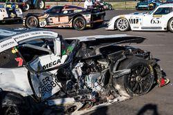 После аварии: Mercedes AMG GT3 (№19) Дэвида Рейнолдьса, Джона Мартина, Лиама Тэлбота и Марка Гриффит
