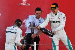 Bonnington, Mercedes AMG F1, Valtteri Bottas, Mercedes-AMG F1 y Lewis Hamilton, Mercedes-AMG F1 celebran