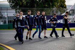 Daniil Kvyat, Scuderia Toro Rosso walks the track with colleagues