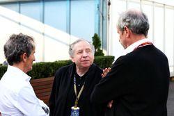 Alain Prost con Jean Todt, president de la FIA y Jerome Stoll, presidente de Renault Sport F1