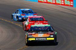 Gray Gaulding, BK Racing Toyota; Kyle Busch, Joe Gibbs Racing Toyota y Kyle Larson, Chip Ganassi Rac