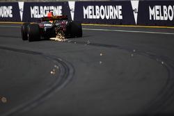 Max Verstappen, Red Bull Racing RB13, fait des étincelles