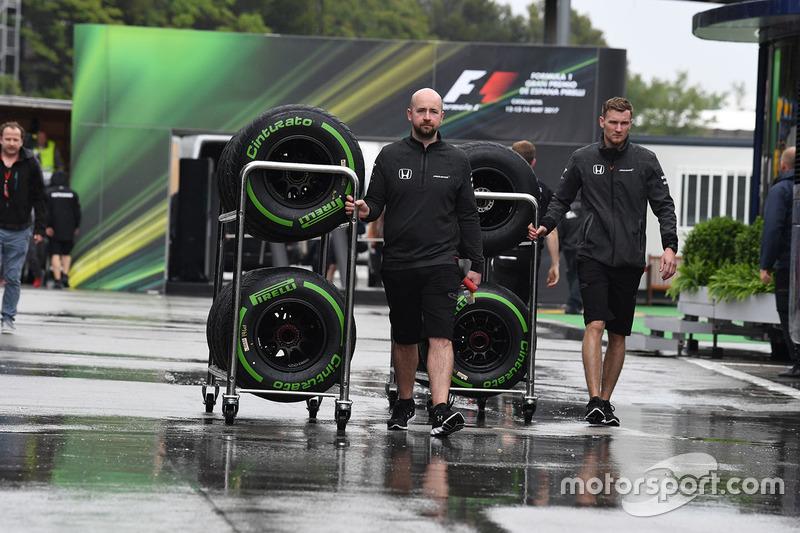 Механик McLaren и шины Pirelli