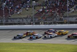 Kyle Larson, Chip Ganassi Racing Chevrolet Chase Elliott, Hendrick Motorsports Chevrolet restart