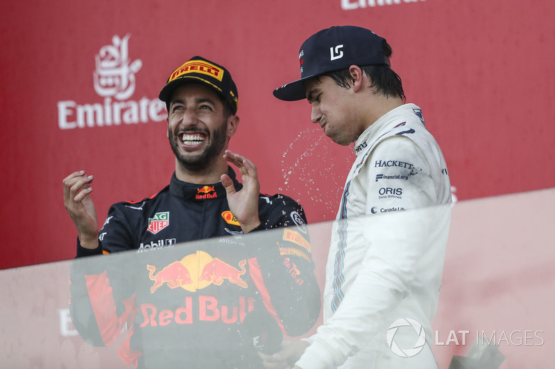 Lance Stroll, Williams ve Daniel Ricciardo, Red Bull Racing podyumda shoey yapıyor