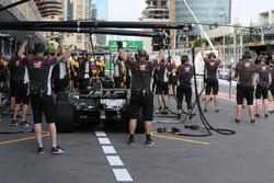 Renault Sport F1 Team mecánicos y mecánicos de la Haas F1 en el pitlane