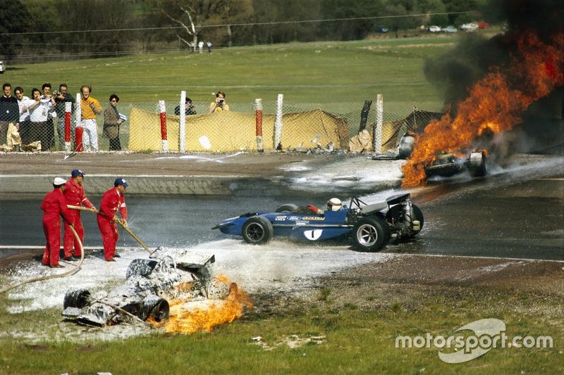1970 - Jackie Stewart sur la scène de l'accident entre la BRM de Jackie Oliver et la Ferrari de Jacky Ickx.