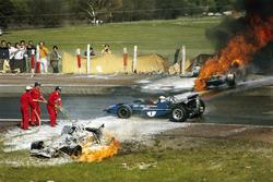 Jackie Stewart sur la scène de l'accident entre la BRM de Jackie Oliver et la Ferrari de Jacky Ickx.