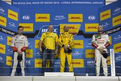 المنصة: الفائز بالسباق غابرييلي تاركويني، لادا، المركز الثاني توم شيلتون، سيتروين، المركز الثالث روب