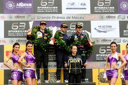 Podium: Race winner António Felix da Costa, Carlin Dallara Volkswagen; second place Callum Ilott, Va