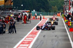 Даниил Квят, Scuderia Toro Rosso STR12, Джолион Палмер, Renault Sport F1 Team RS17, и Себастьян Фетт