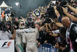 Il vincitore della gara Lewis Hamilton, Mercedes AMG F1 festeggia con il secondo classificato e Camp
