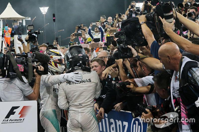 Ganador, Lewis Hamilton, Mercedes AMG F1 celebra con Nico Rosberg, Mercedes AMG F1 en parc ferme