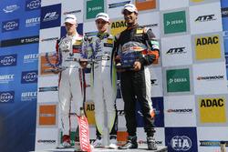المنصة: الفائز بالسباق كالوم إلوت، بريما، المركز الثاني لاندو نوريس، كارلين، المركز الثالث ماكسيميلي