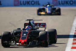 Romain Grosjean, Haas F1 Team VF-17; Marcus Ericsson, Sauber C36