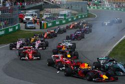Старт гонки: Валттери Боттас, Mercedes AMG F1 W08, Макс Ферстаппен, Red Bull Racing RB13, Себастьян