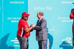 Dilbagh Gill ontvangt de trofee uit handen van Prince Albert van Monaco