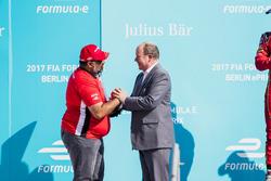 Dilbagh Gill riceve il suo trofeo dal Principe Alberto di Monaco, sul podio
