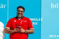 Dilbagh Gill celebra en el podio
