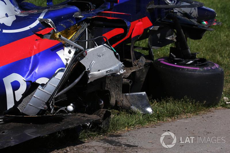 Разбитый автомобиль Scuderia Toro Rosso STR12 Карлоса Сайнса после столкновения с машиной Фелипе Мас