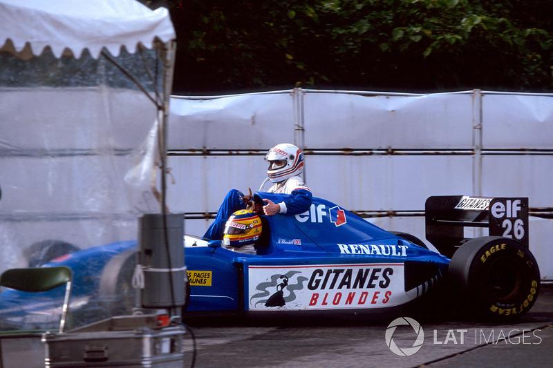 Suzuka 1993: Mark Blundell (Ligier) carica Martin Brundle (Ligier)