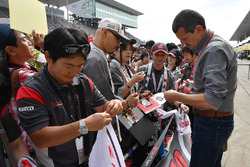 Guenther Steiner, Haas F1 Team Principal signs autographs for the Haas F1 fans