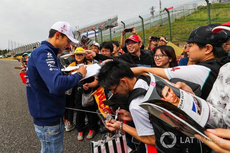 Етебан Окон, Sahara Force India F1, роздає автографи