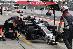 Romain Grosjean, Haas F1 Team VF-17 pit stop