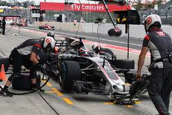 Arrêt au stand pour Romain Grosjean, Haas F1 Team VF-17