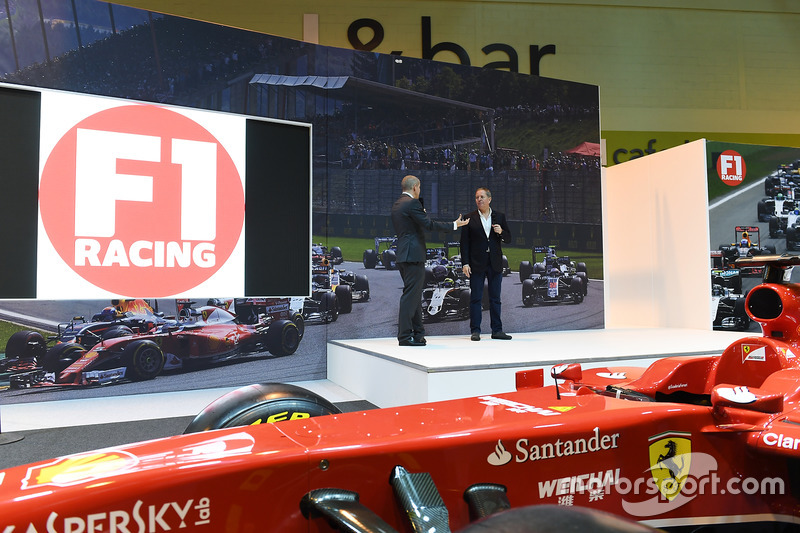 Stijlvolle podium van F1 Racing met Martin Brundle en Stuart Codling