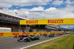 Lewis Hamilton, Mercedes AMG F1 W08, Sebastian Vettel, Ferrari SF70H, the field away at the start