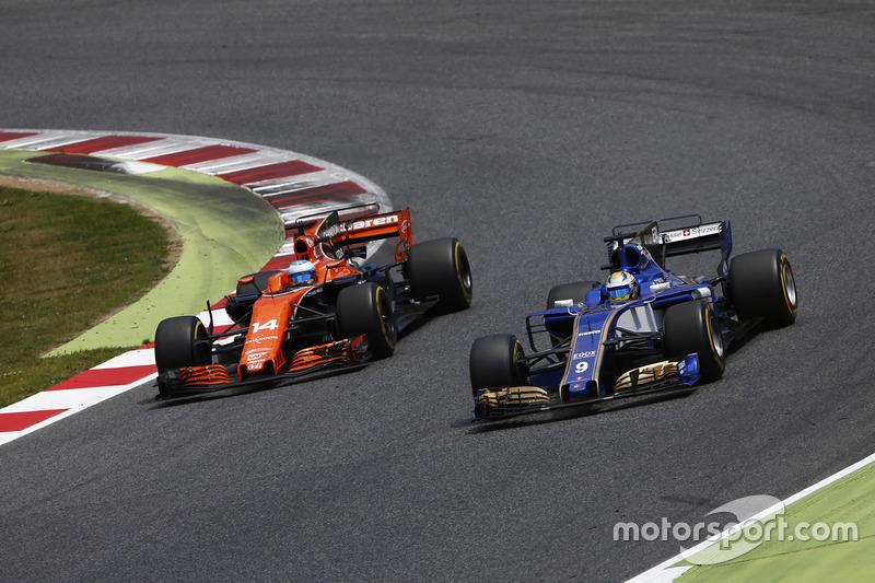 Fernando Alonso, McLaren MCL32, battles, Marcus Ericsson, Sauber C36