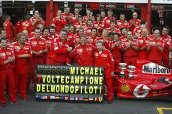 Гонщик Ferrari Михаэль Шумахер, Жан Тодт и Росс Браун отмечают с командой седьмой чемпионский титул