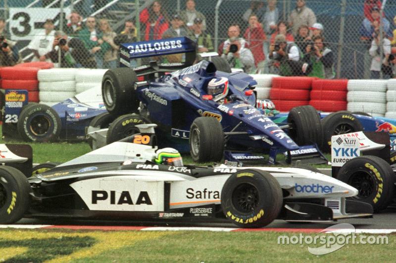 Jarno Trulli, Prost fliegt durch die Luft auf den Wagen von Alexander Wurz, Benetton mit Ricardo Rosset, Tyrrell