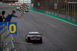 Checkered flag for Felipe Fraga